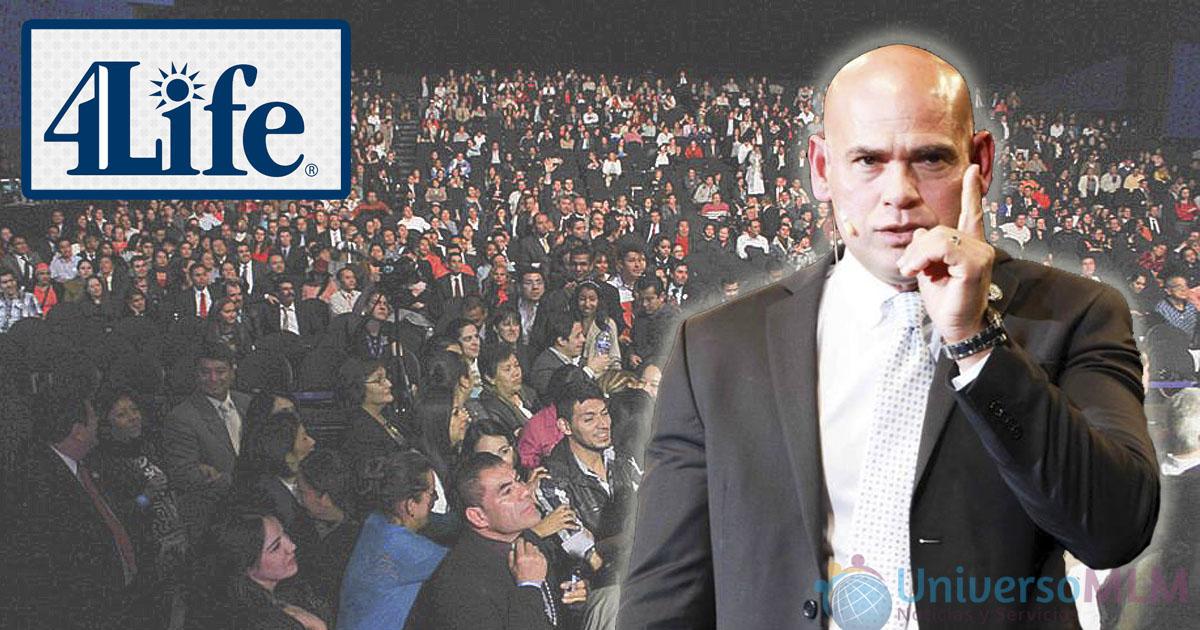 Juan Rosado. Al fondo los asistentes en Ciudad de México