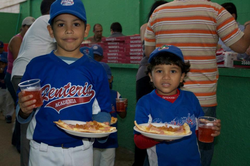 Chicos de la escuela durante la comida