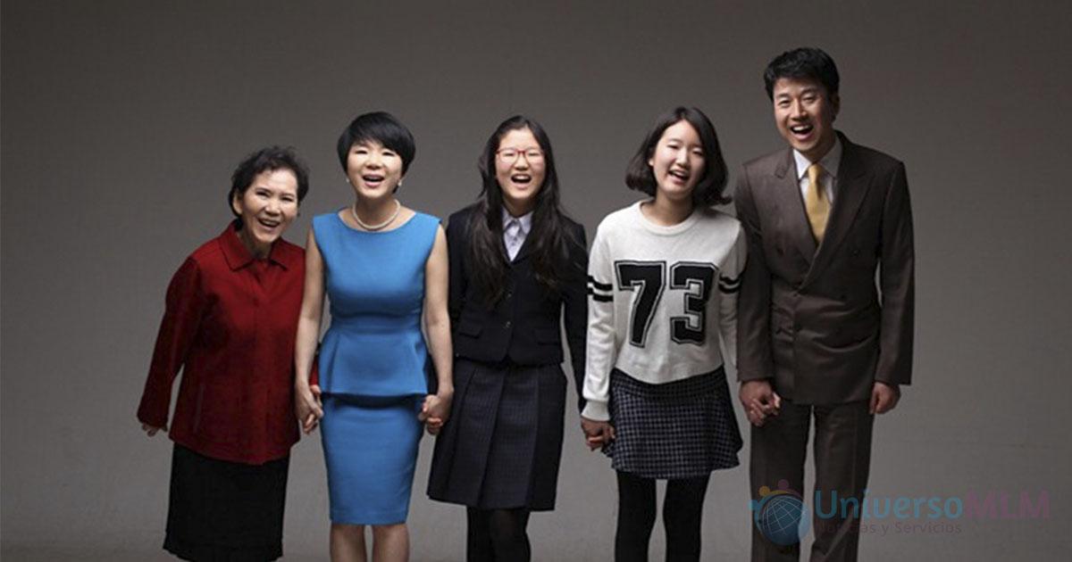 Su Jung Bae, de azul, y su familia