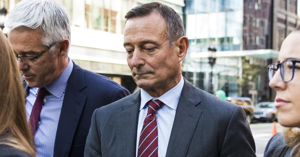 Actualidad: El ex CEO de Pimco, Douglas Hodge, va a prisión por estafa de Admisión a la Universidad