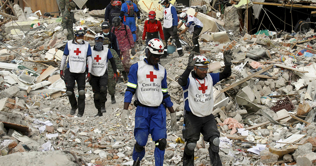 Voluntarios de la Cruz Roja y efectivos de los cuerpos militares desarrollan labores humanitarias y de rescate