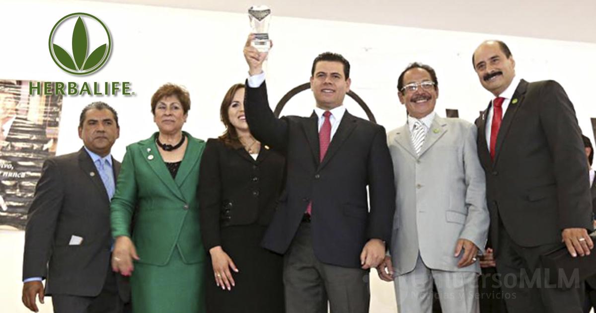 El Gobernador de Zacatecas, Miguel Alonso, recibiendo el reconocimiento de Herbalife