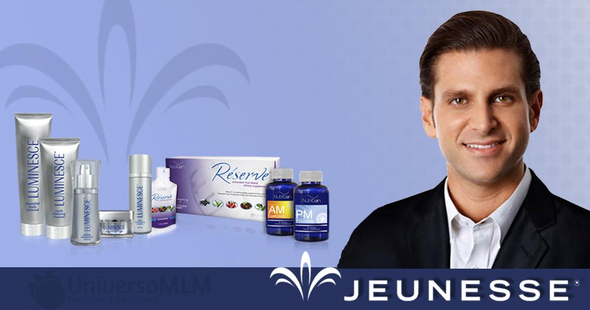 Scot Lewis, CVO de Jeunesse con algunos de los productos que comercializa la compañía