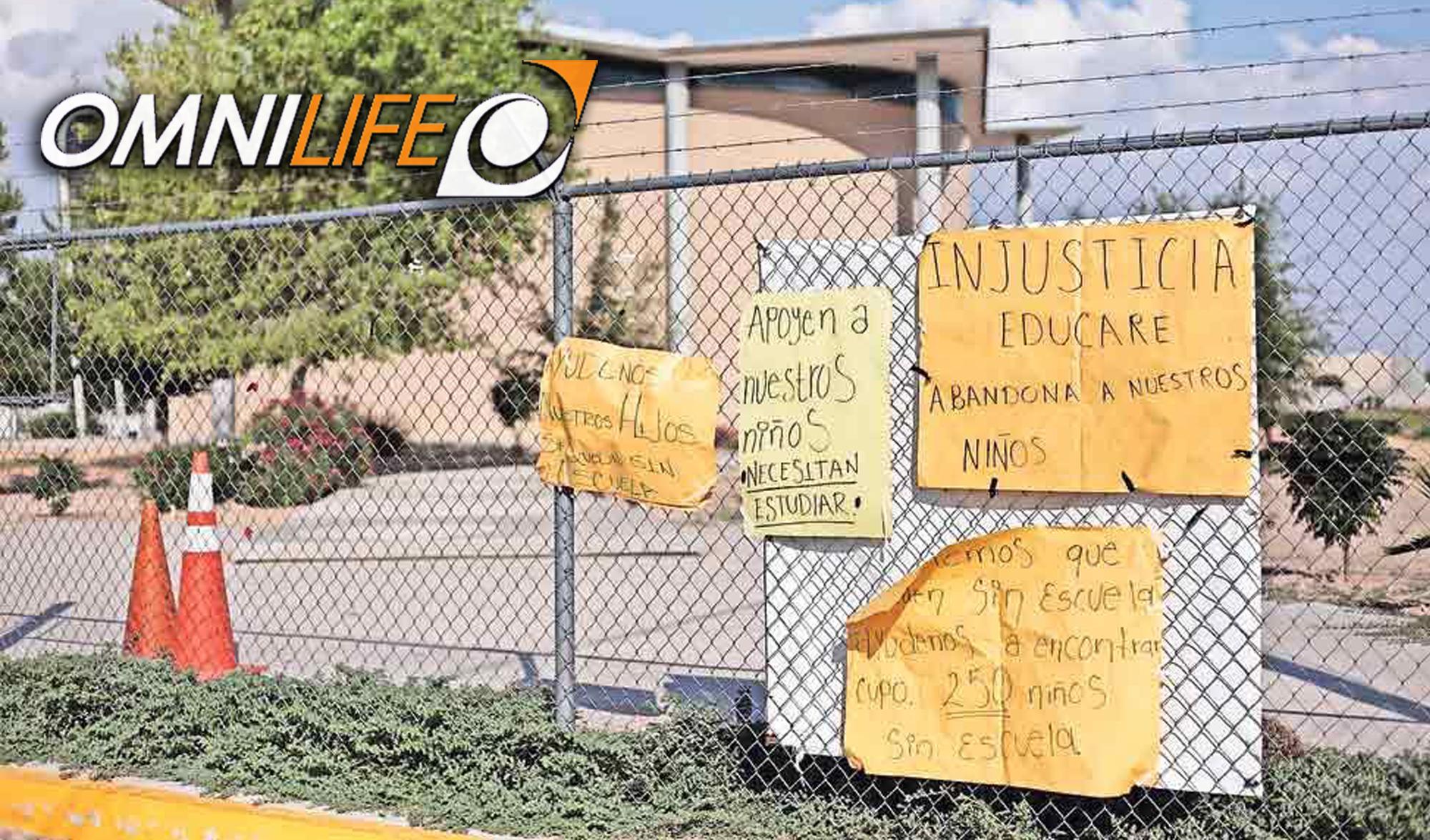 Pancartas de protesta en el centro educativo financiado por Omnilife y cerrado en los últimos días