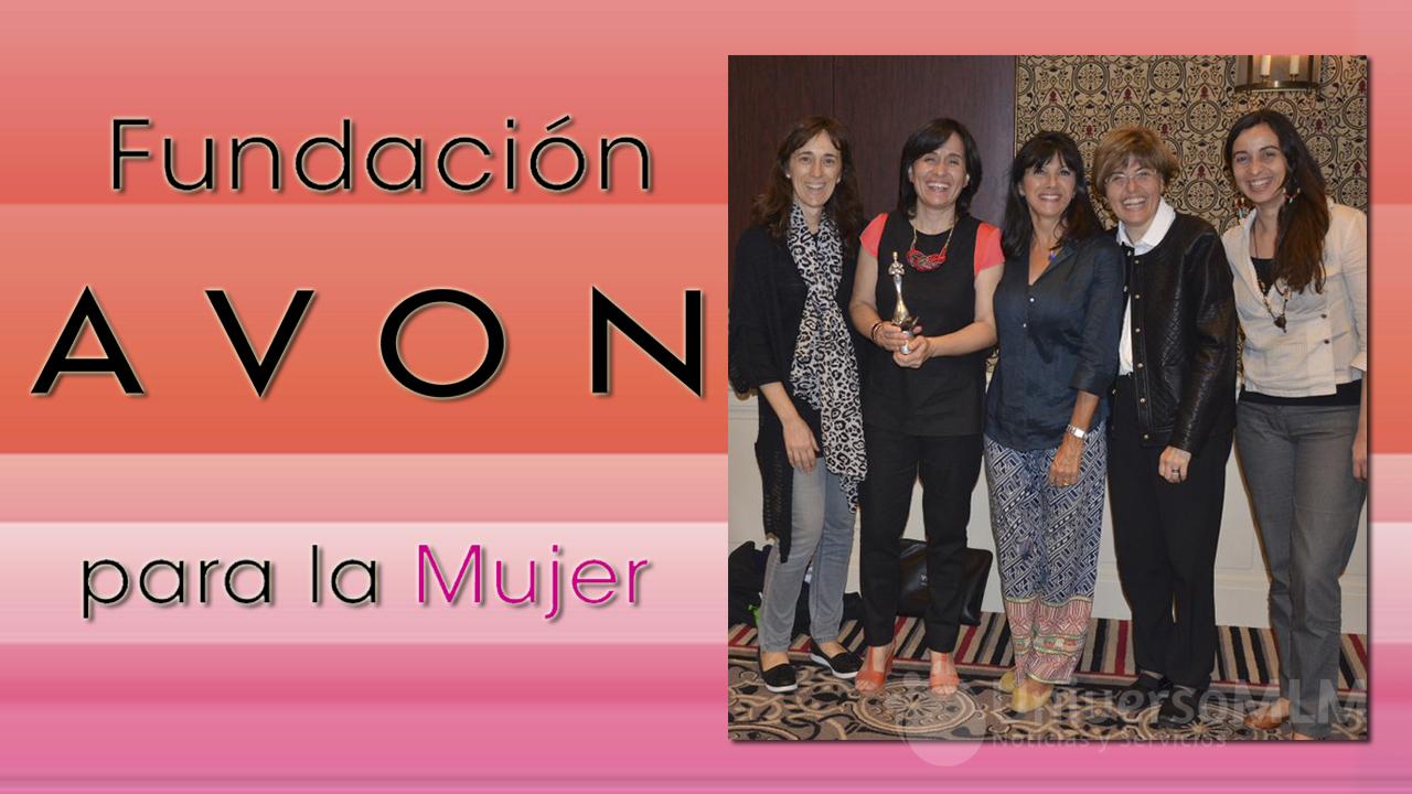 Paula Renata González con el premio Mujeres Solidarias