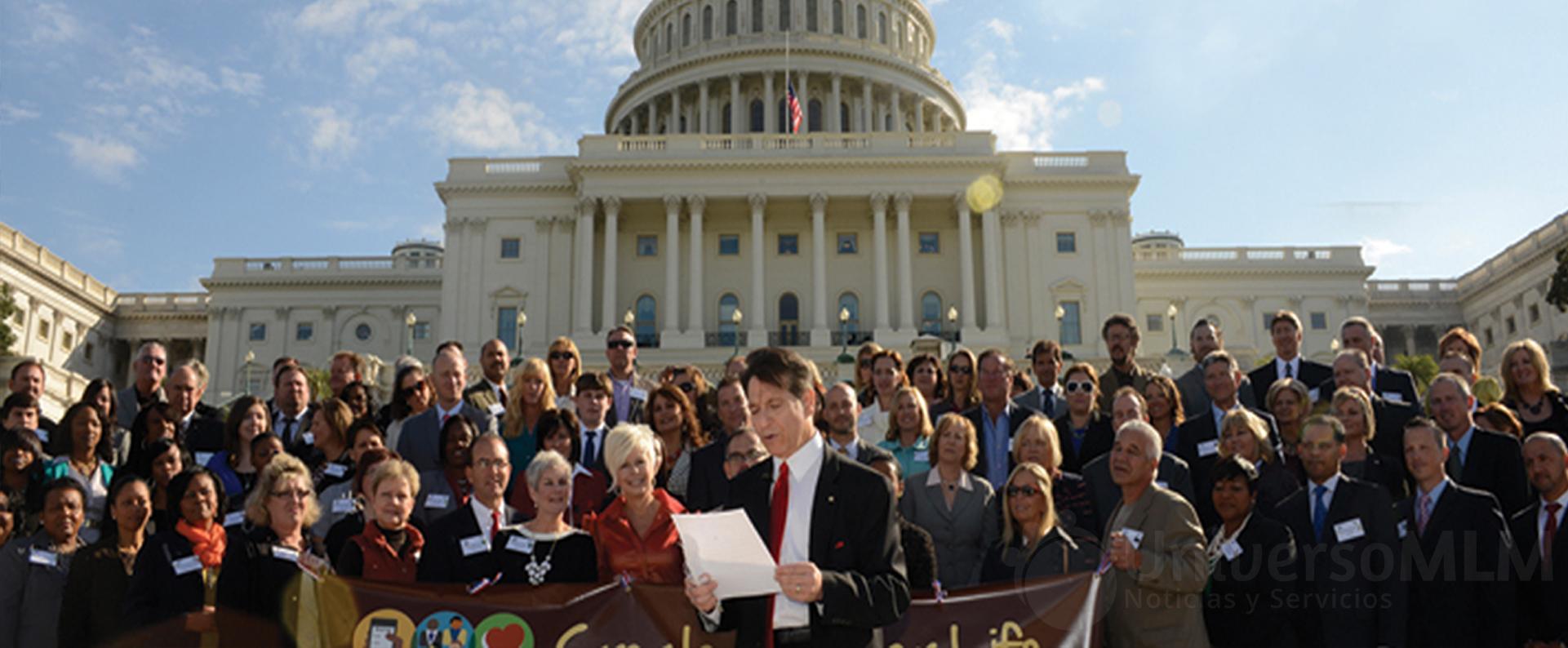 Los miembros de la DSA a las puertas del Congreso de los EE.UU.