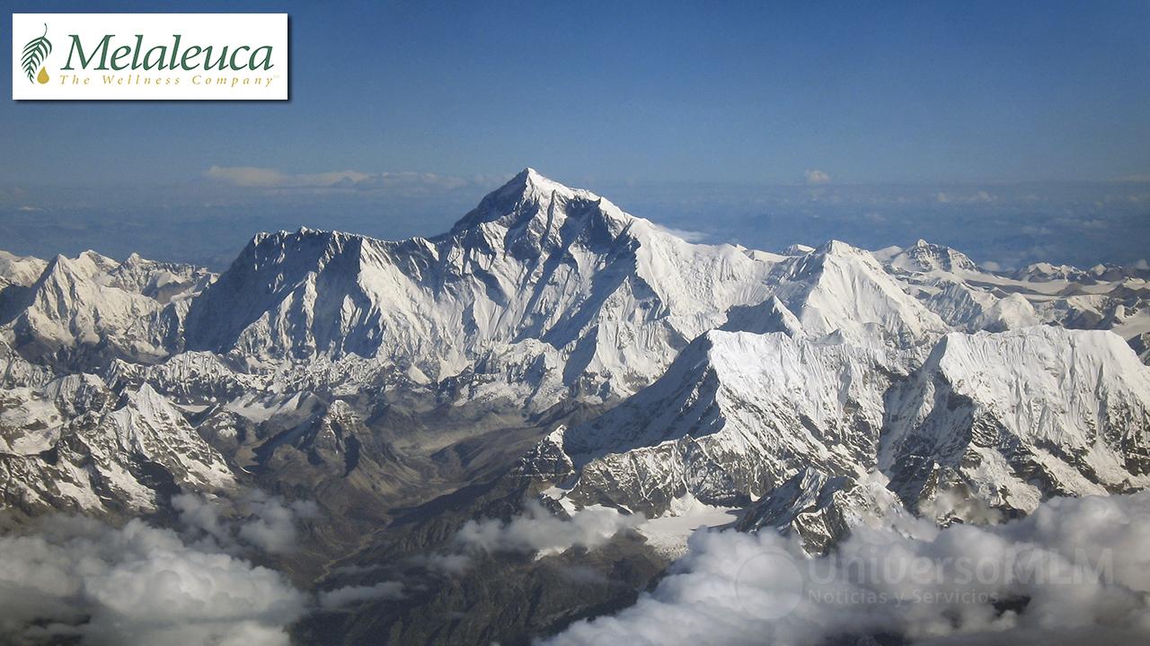 Las cajas de productos enviadas a los nuevos clientes apiladas sería el triple de alta que el Everest