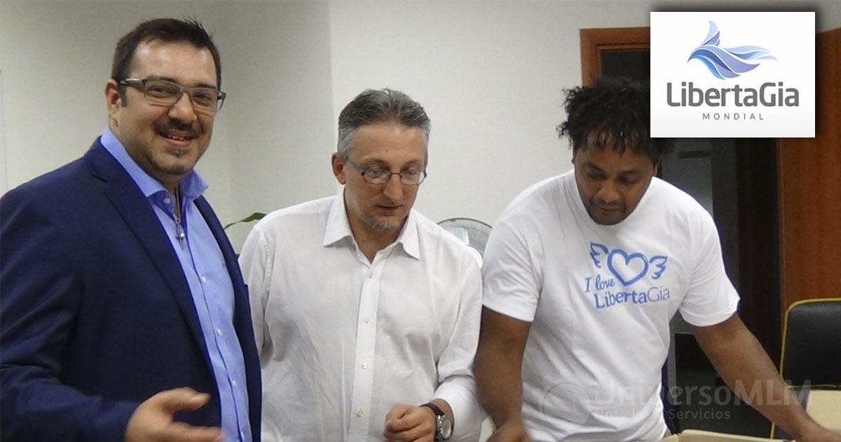 Rui Salvador, CEO di LibertaGia (a sinistra) con Livio Papiano, CEO di ASAP (al centro), nel video in cui ha annunciato la firma del contratto che dice che ci LibertaGia