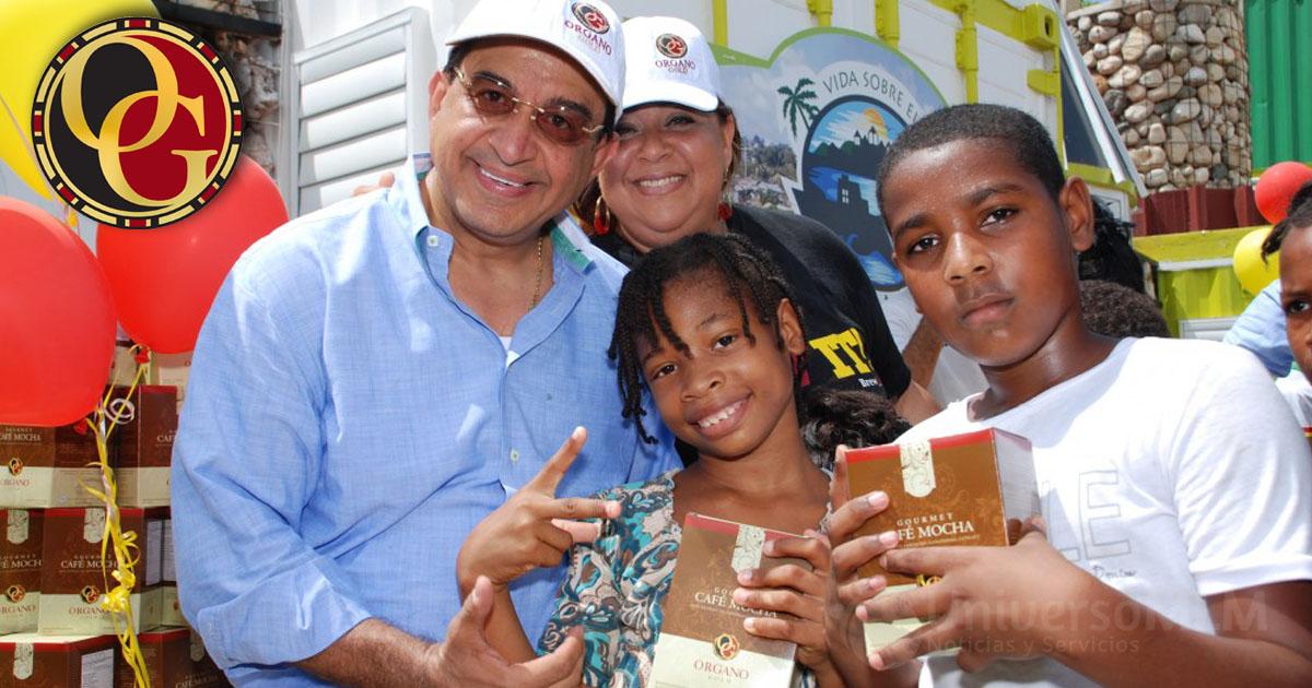 Enrique Jiménez entregando productos a los niños