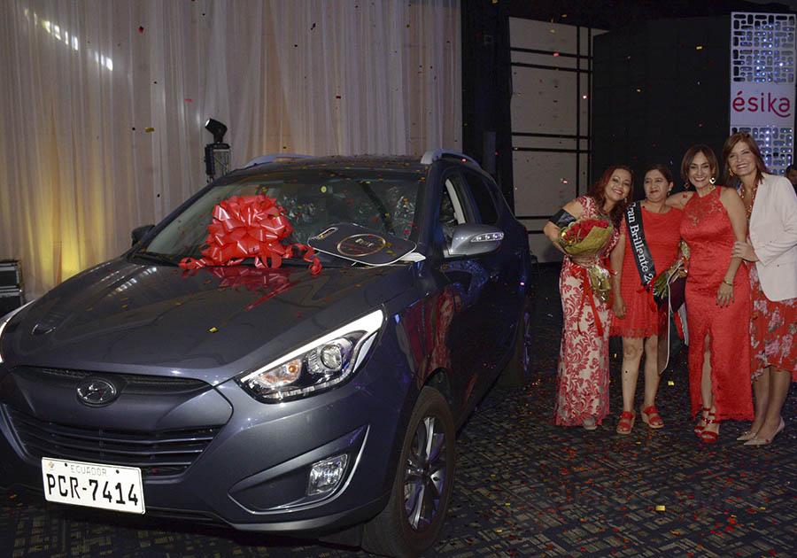 Auto entregado durante la ceremonia