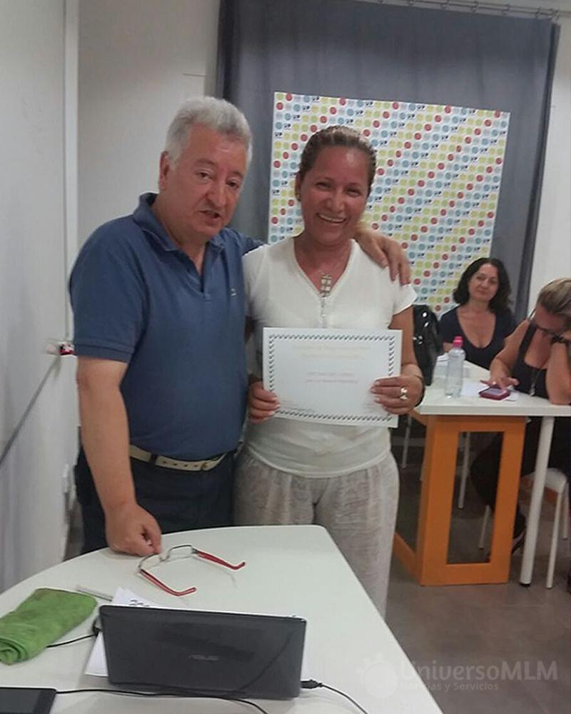Rafael Henares entrega diploma a Alexandra González