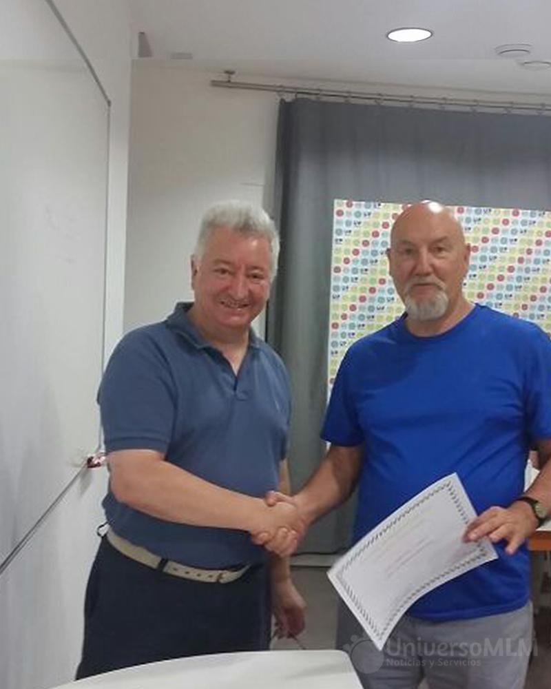 Rafael Henares entrega el diploma a Xavier Zelaiaundi