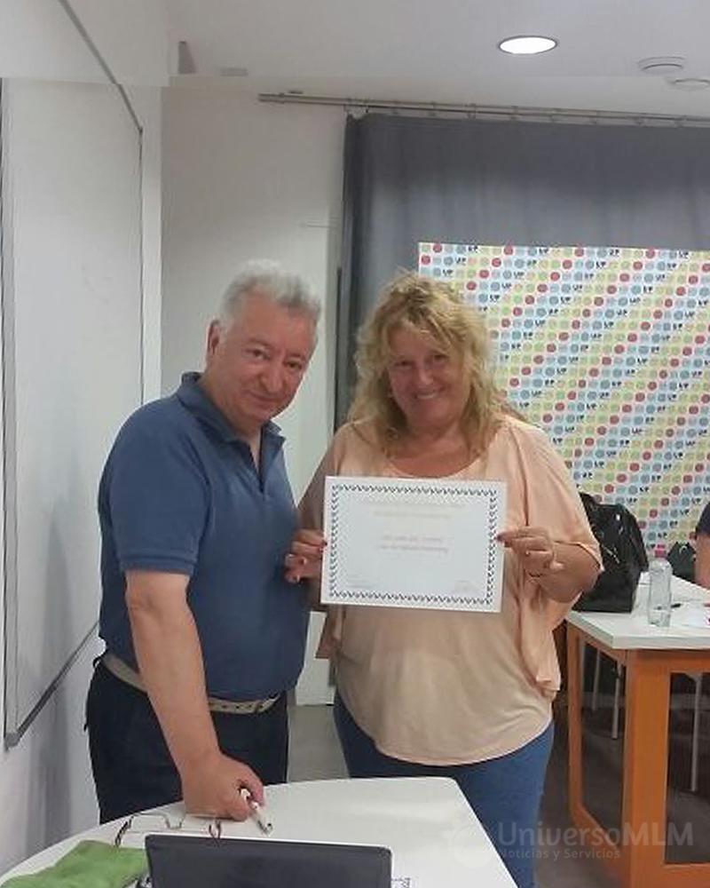 Rafael entrega un diploma a María José Gión