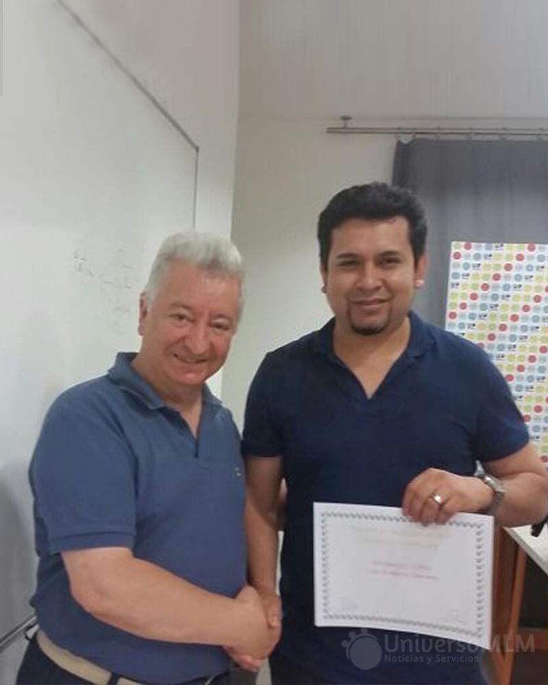 Rafael Henares entrega el diploma a Wilson Antezana