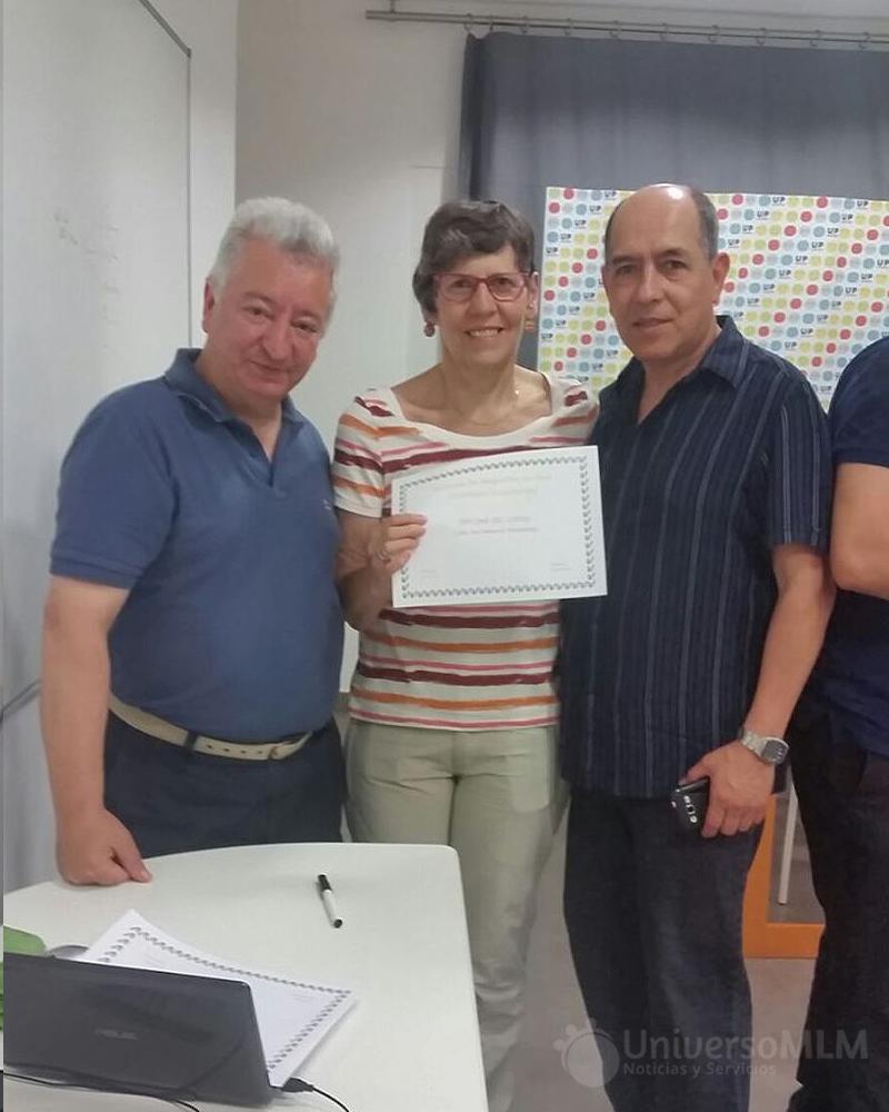 Rafael Henares entrega diploma a Maite Pujadas, con Bolívar Hdez