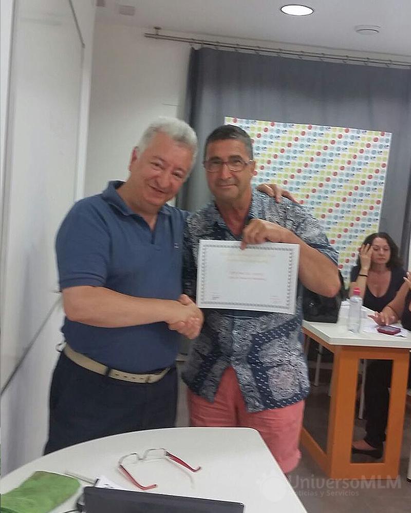 Rafael Henares entrega diploma a Bartolomé Aznar
