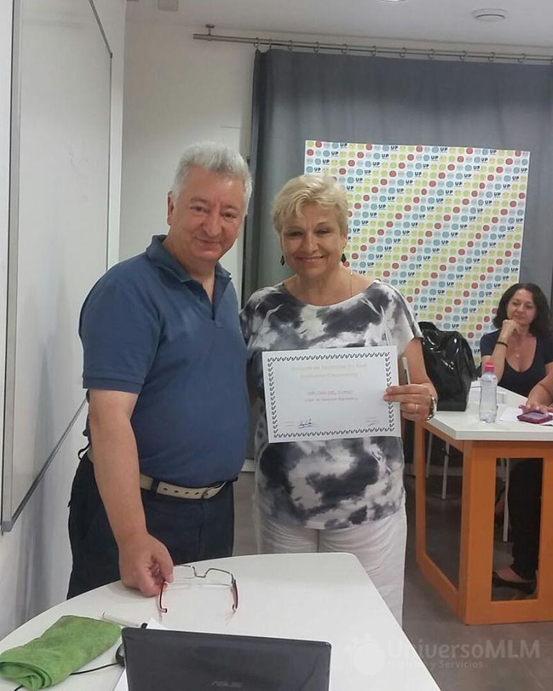 Rafael Henares entrega diploma a Ángeles Rey
