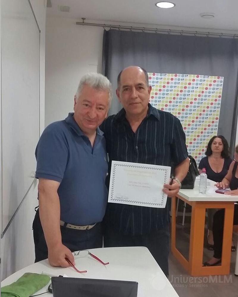 Rafael Henares entrega diploma a Bolívar Hernández