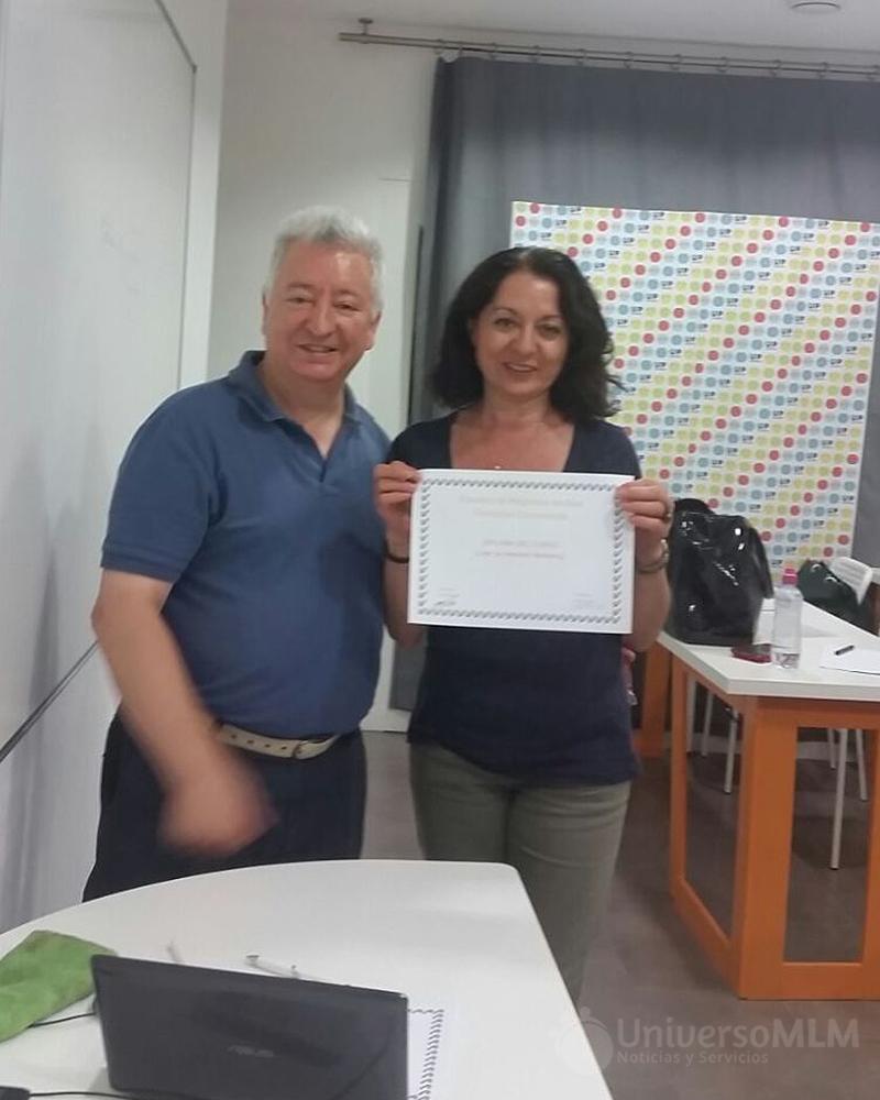 Rafael Henares entrega diploma a Pilar Santiago