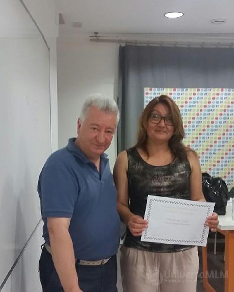 Rafael Henares entrega diploma a Martha López Galeano