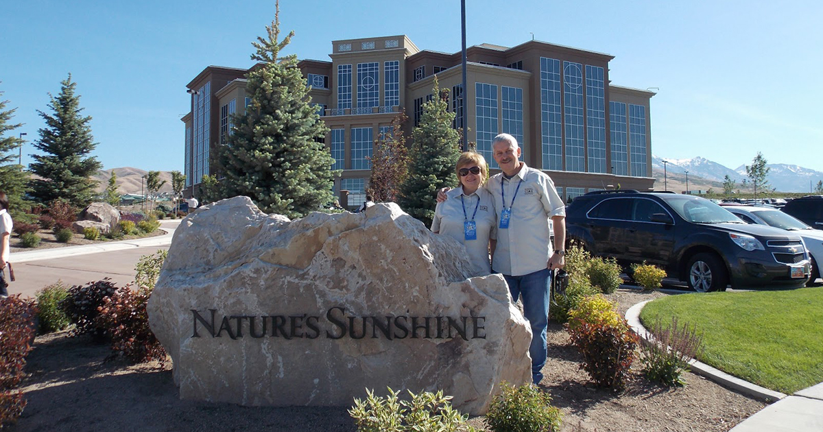 Dos distribuidores de la compañía a la puerta de la central de Nature´s Sunshine