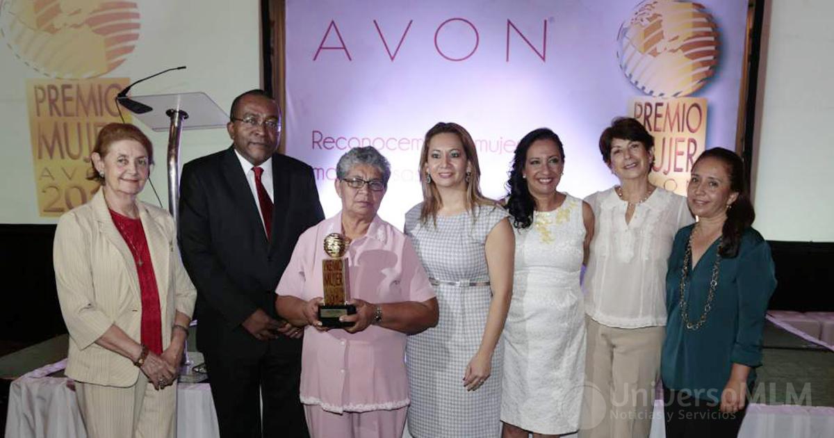 María Otilia Vásquez junto a directivos de Avon