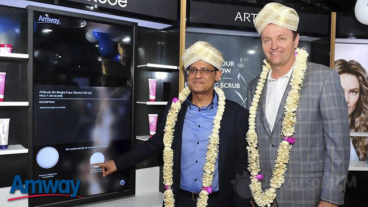 Anshu Budhraja y John Parker en la inauguración
