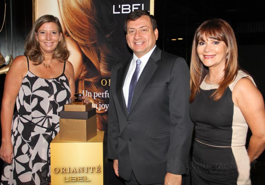 José Luis Coloma junto a Janet Baeza y Lisa Weinreich, directivos de Belcorp