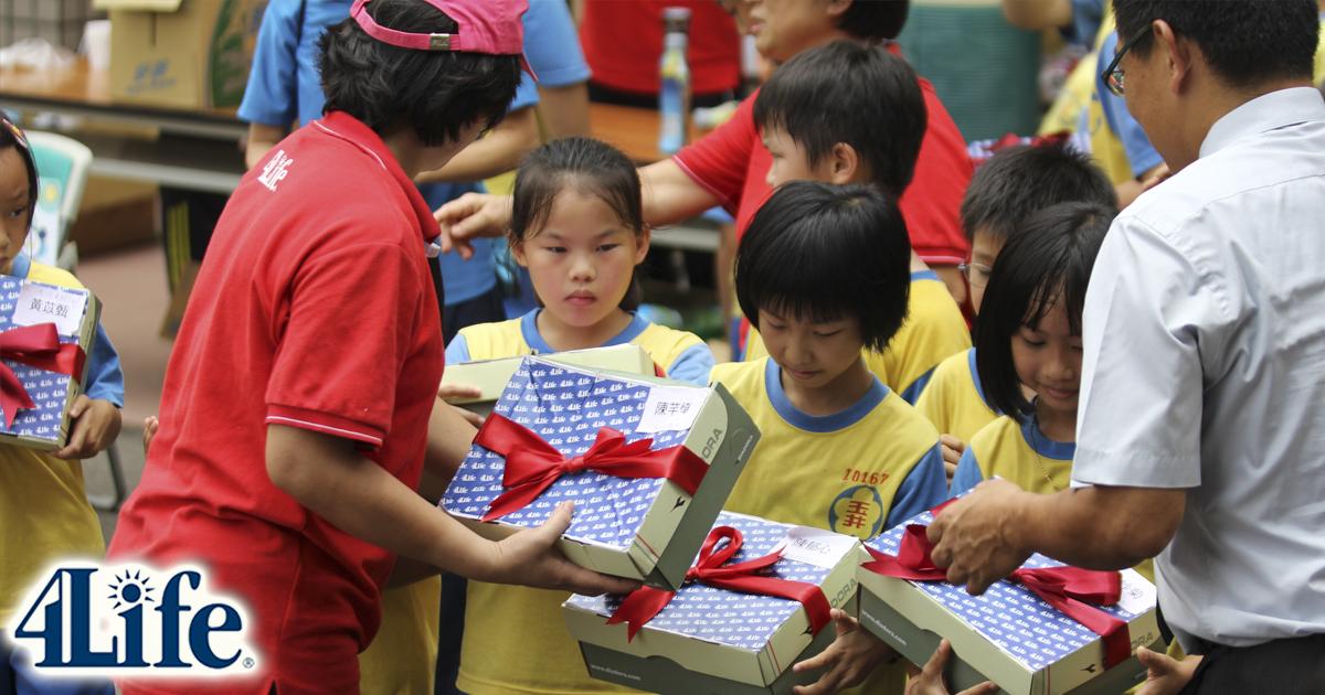 La Fundación 4Life reparte libros y zapatos a niños desfavorecidos