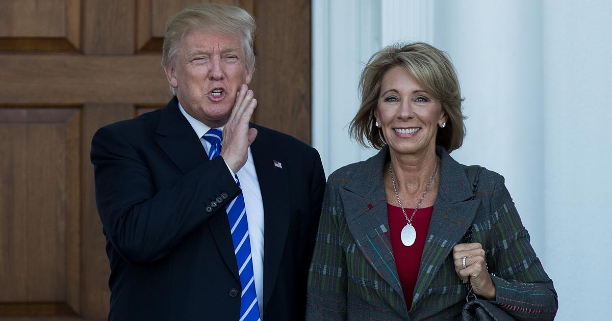 Betsy DeVos junto a Donald Trump