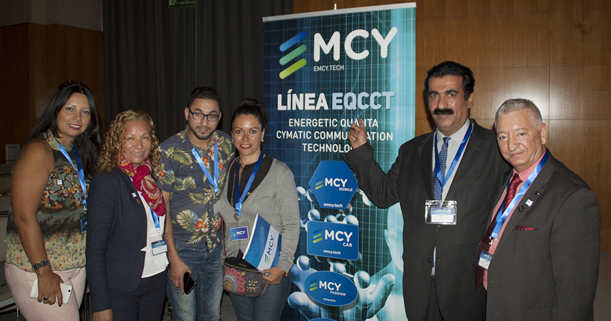 El embajador EMCY, Rafael Henares, junto a distribuidores de la compañía