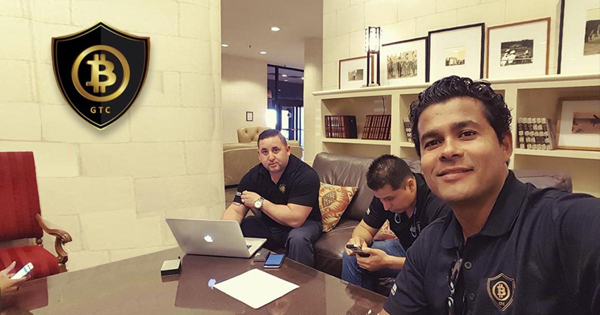 Rodrígo Castro (a lai zquierda) con su equipo de líderes