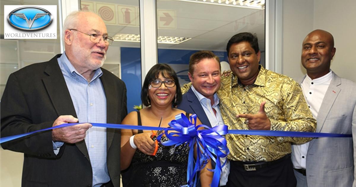 Momento de corte de cinta en la inauguración de la oficina